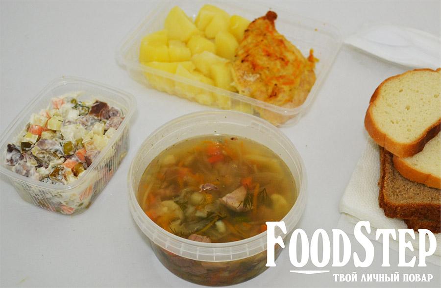 """Комплексный обед: щи с мясом, салат """"Мясной"""", куриное филе с отварным картофелем, хлеб"""