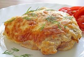 Мясо, запеченное под сыром - популярное блюдо из банкетного меню